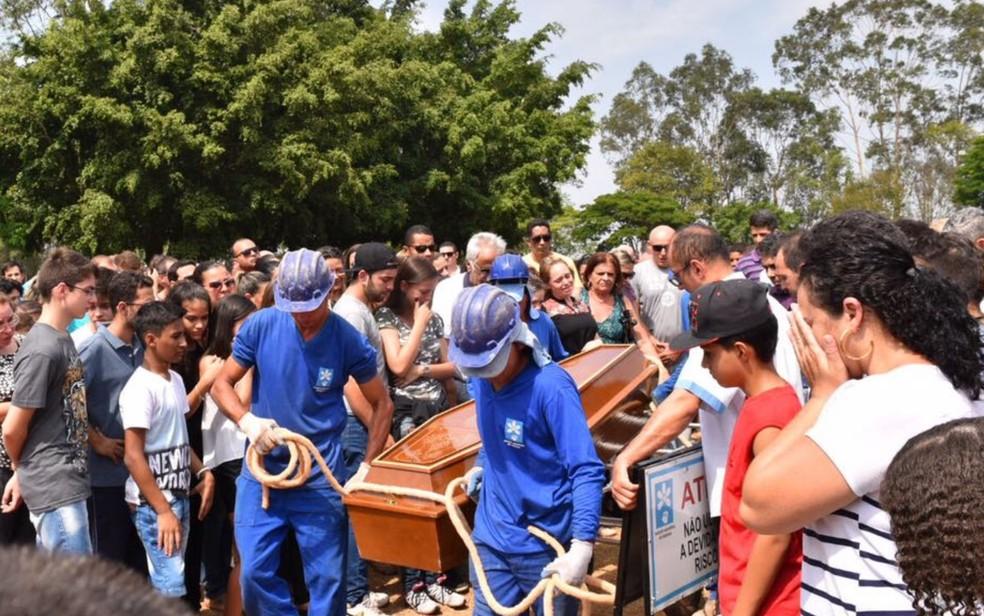 Corpo de João Pedro é enterrado em Goiânia, Goiás (Foto: Murillo Velasco/ G1)