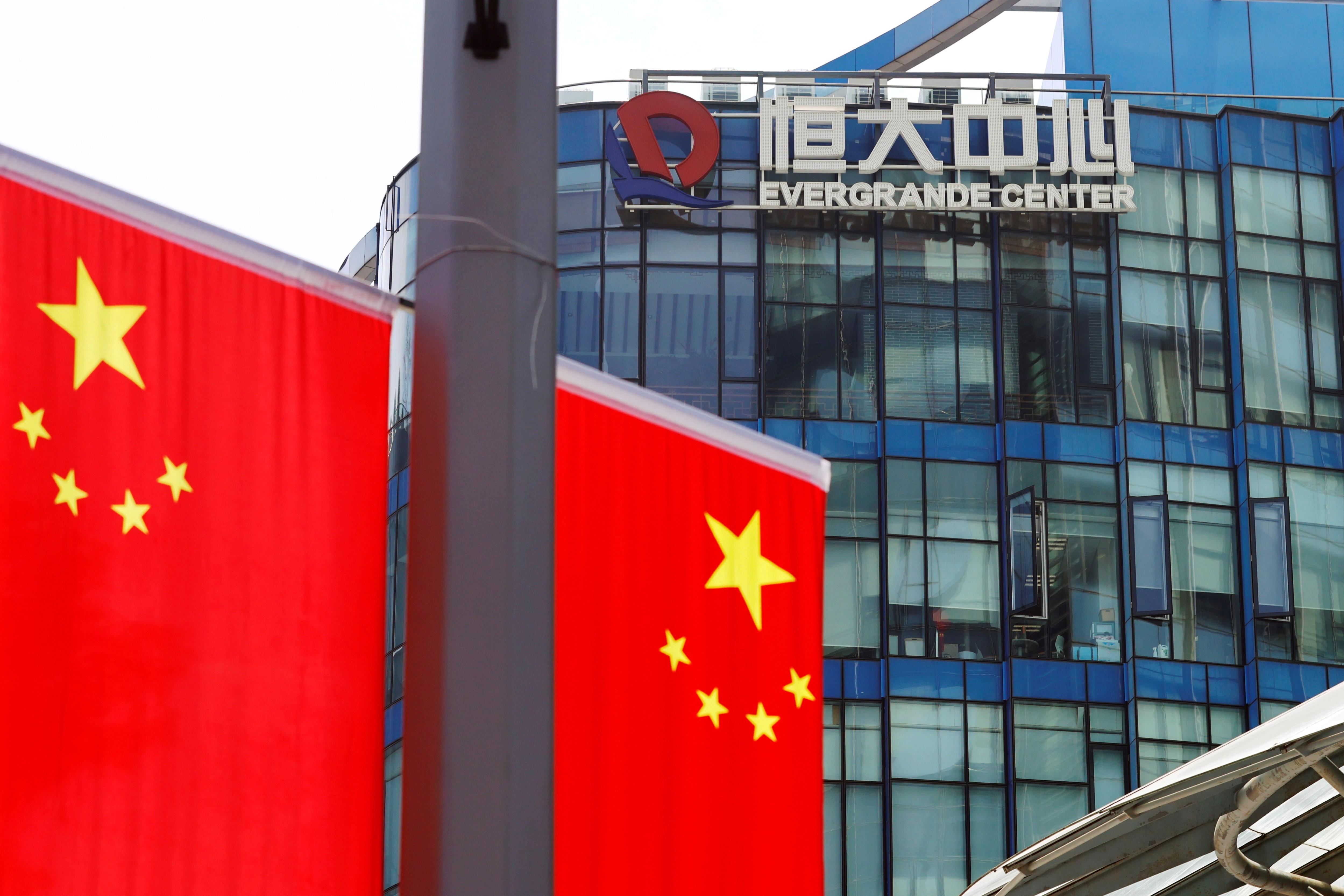 Bandeiras da China são vistas perto do logotipo do Grupo Evergrande em Xangai, na China