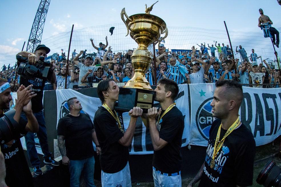 No título do Gauchão, Geromel e Kannemann repetem foto característica nas conquistas (Foto: Lucas Uebel/GREMIO FBPA)