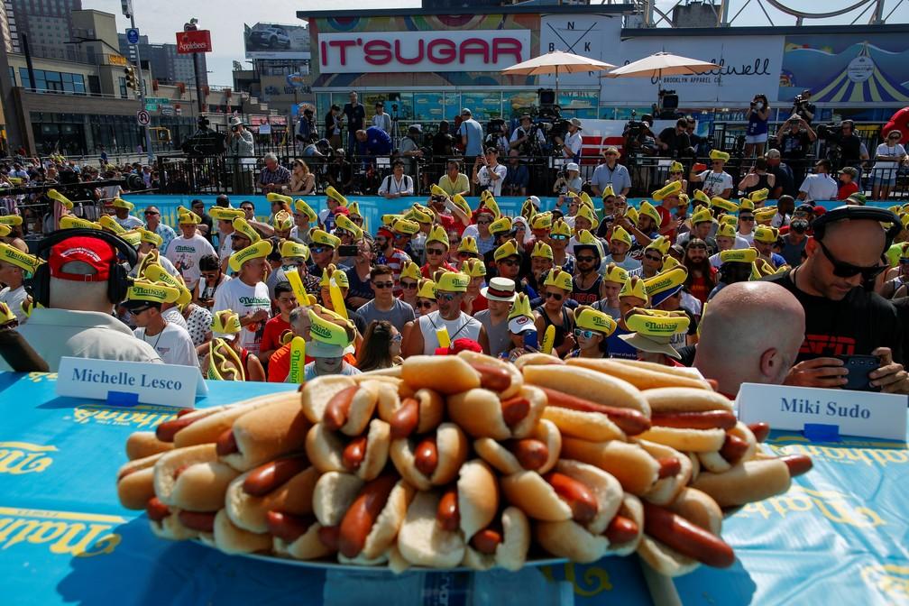 Concurso de quem come mais cachorro-quente atrai multidão em Nova York — Foto: Eduardo Munoz/Reuters