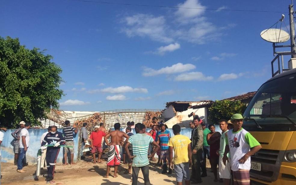 Equipes do Samu e Bombeiros estão no local (Foto: Aplicativo/TV Sergipe)
