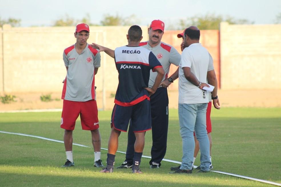 Adriano Pardal conversa com técnico Leandro Campos após fim do treino do América-RN (Foto: Canindé Pereira/América FC)