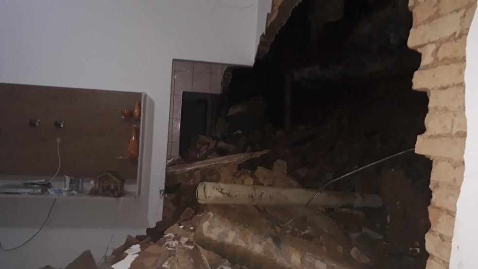 Muro desmoronou e atingiu casa vizinha em Jacareí — Foto: Andrea Leite/Vanguarda Repórter
