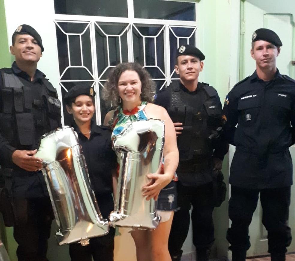 Matheus Viana ganhou bolo e uniforme militar — Foto: Arquivo Pessoal