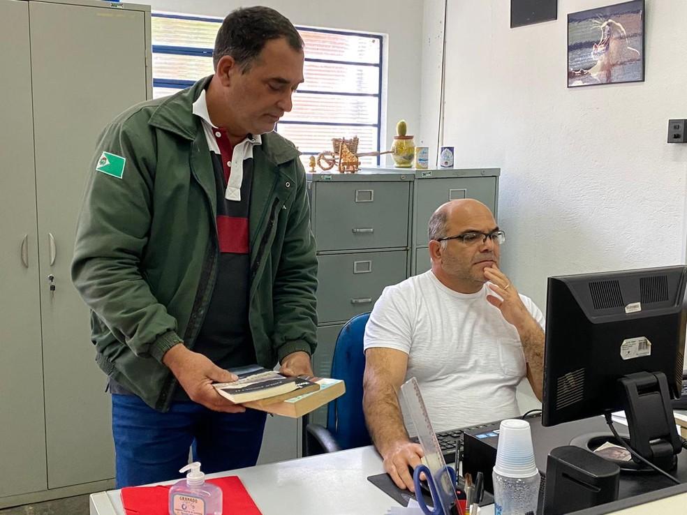 Dois funcionários trabalham no projeto da Biblioteca Municipal de Cabreúva — Foto: Divulgação/Prefeitura de Cabreúva