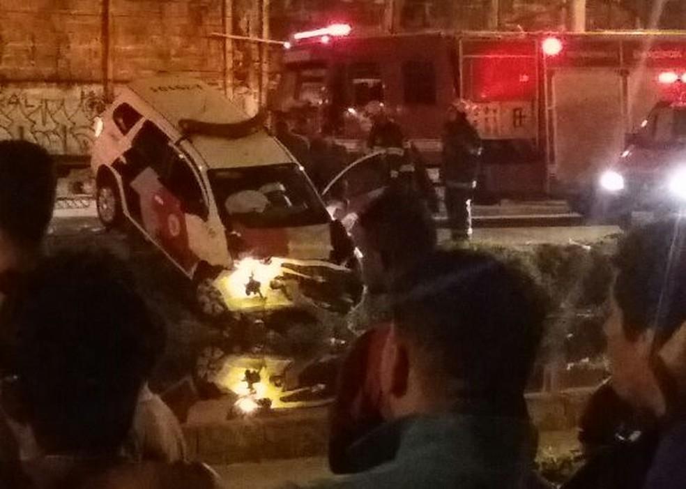 Carro da polícia caiu em canal durante perseguição (Foto: G1 Santos)