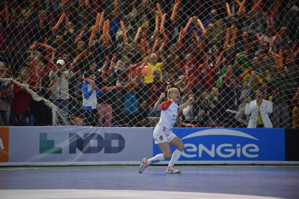 Greice comemora um dos gols das Leoas da Serra — Foto: Fom Conradi/Leoas da Serra