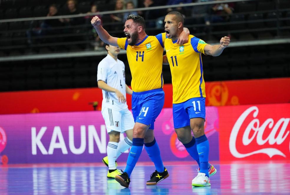 Rodrigo e Ferrão vibram com um dos gols do Brasil — Foto: Angel Martinez/FIFA