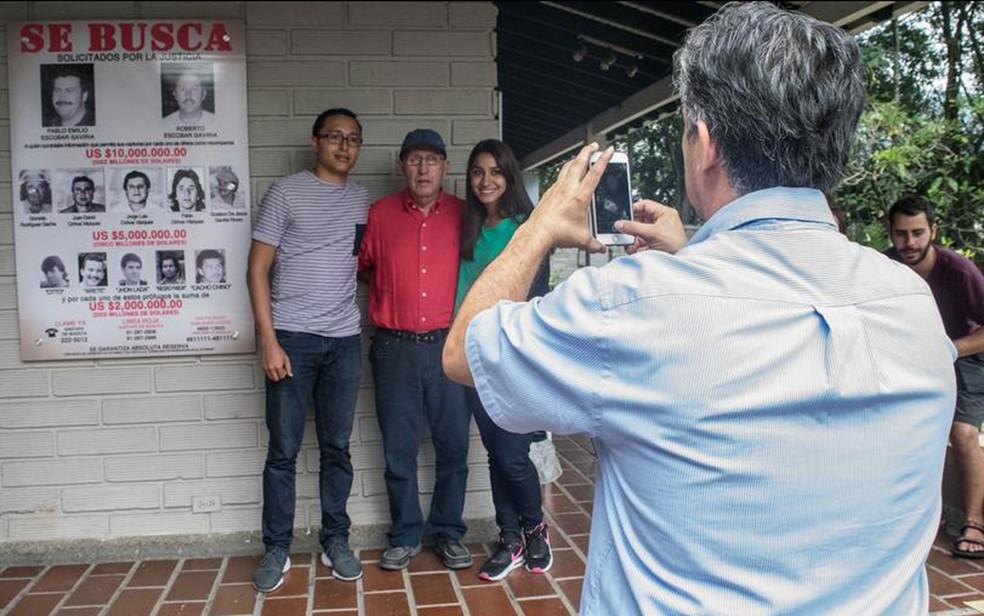 Roberto Escobar (c.), irmão de Padlo Escobar, recebe turistas em sua casa (Foto: DW/A. Williams)