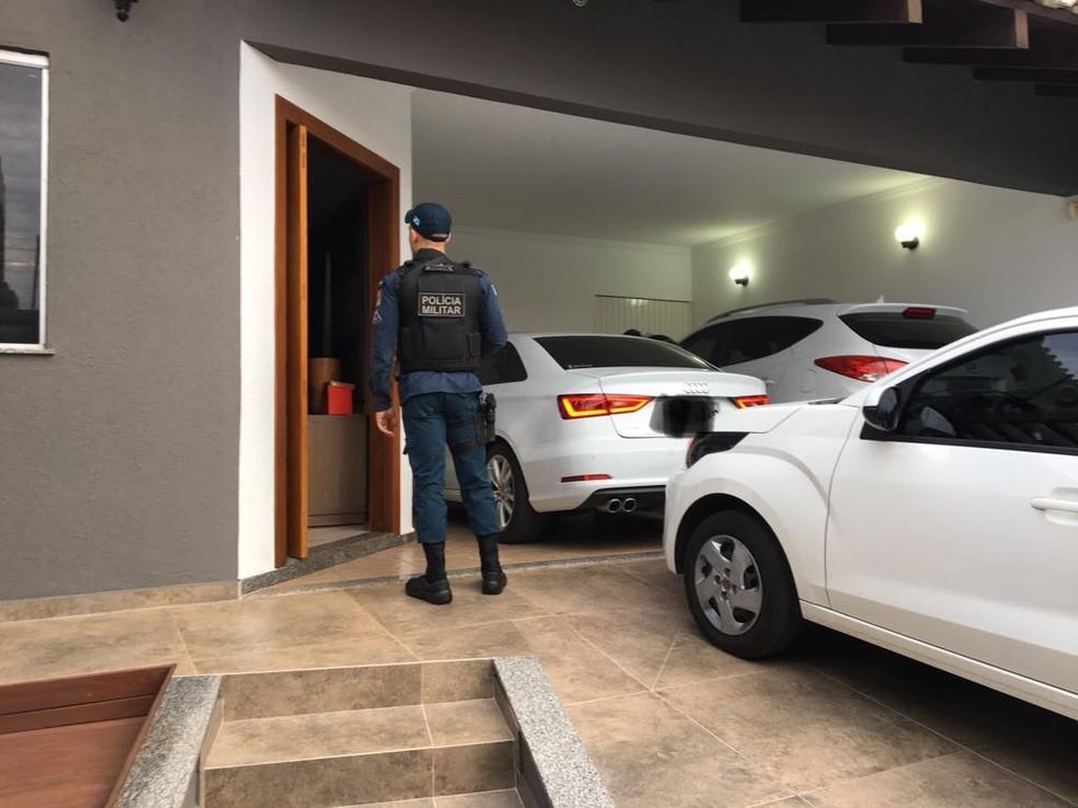 Residência com carros de luxo está sendo vistoriada por policiais duração operação (Foto: Osvaldo Nóbrega / TV Morena)