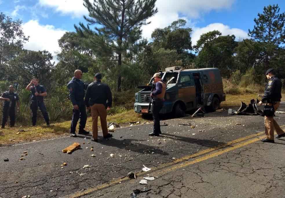 Homens usaram caminhA?o para bloquear rodovia e parar e explodir carro-forte, durante assalto na PR-170 (Foto: DivulgaA�A?o/PM)