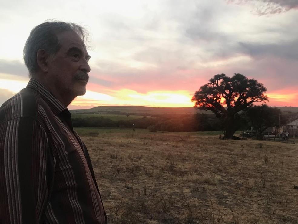 Em 'A Dona do Pedaço', Genézio de Barros é Ademir, pai de Maria da Paz (Juliana Paes) — Foto: Veronica Ruiz