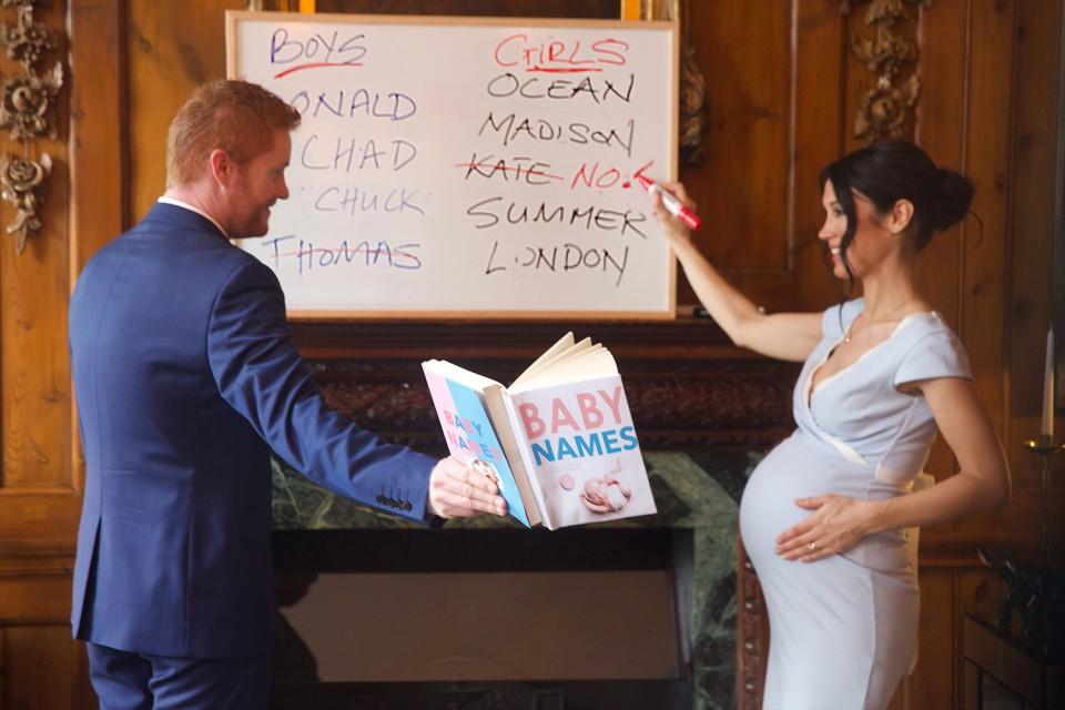 Os dois escolhendo o nome do bebê. Repare que o nome de Thomas, pai de Meghan, está riscado, uma provocação sobre os desentendimentos familiares da duquesa. Ela também risca o nome de Kate, sua cunhada (Foto: Reprodução/ Alison Jackson)