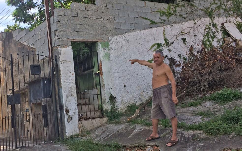 O vizinho Israel Silva e Mendes aponta para imóvel onde, segundo ele, Gegê morou com a família (Foto: Kleber Tomaz/G1)