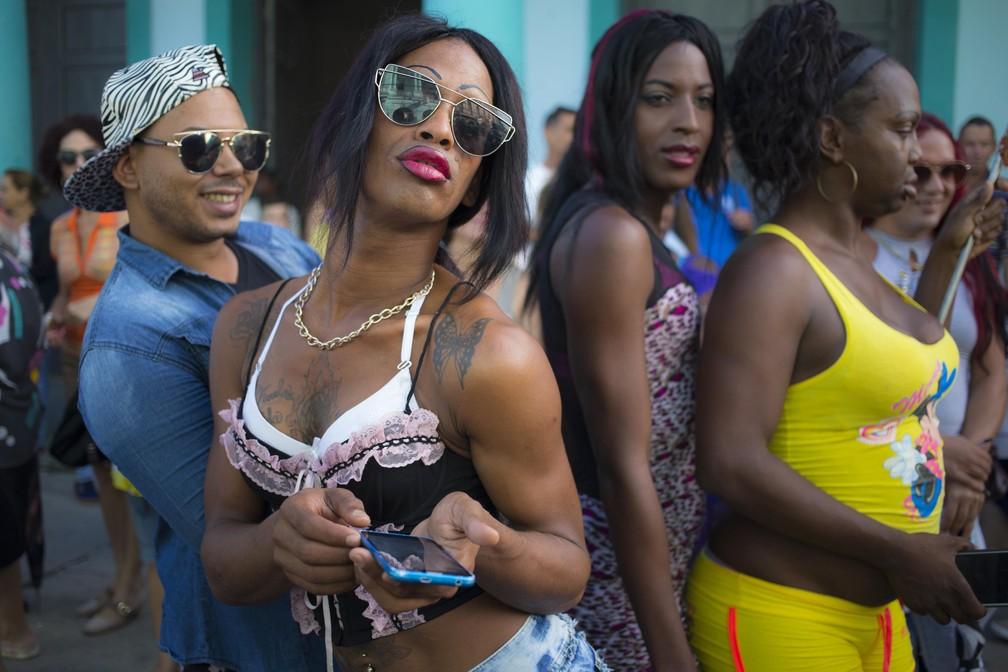 Mulher trans posa para uma foto enquanto aguarda o início de um desfile que marca o Dia Internacional contra Homofobia, Transfobia e Bifobia, em Pinar Del Rio, Cuba (Foto: Desmond Boylan/AP)
