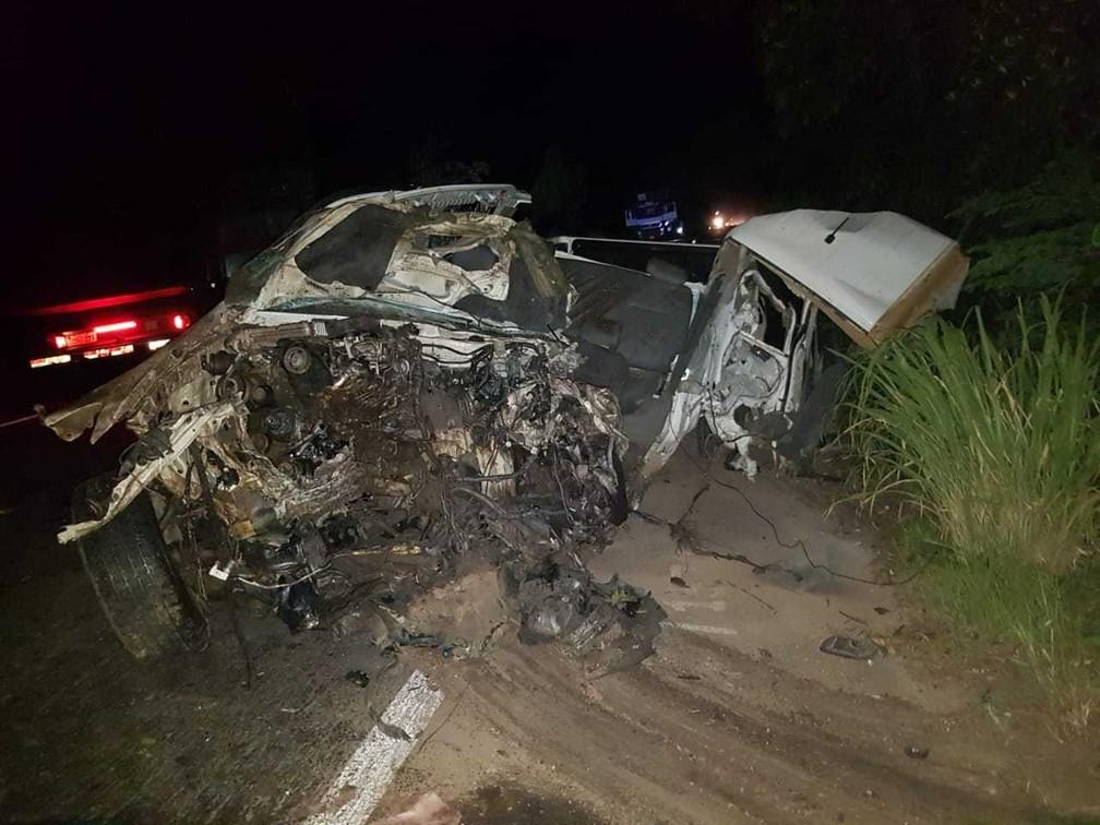 De acordo com a Polícia Rodoviária Federal (PRF), o acidente aconteceu na noite de quarta, na altura do KM-112 da rodovia, após uma ultrapassagem — Foto: Polícia Rodoviária Federal