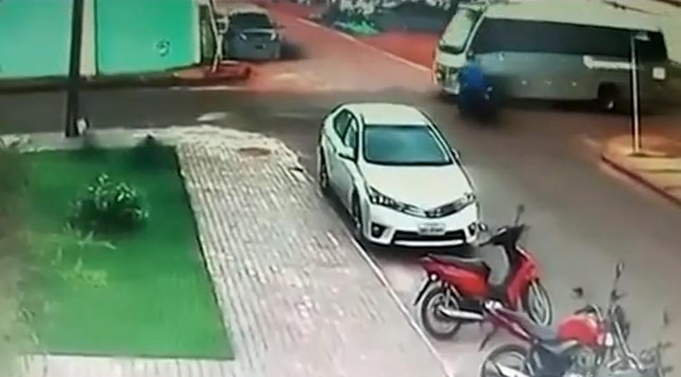Câmera mostra momento em que motocicleta e micro-ônibus bateram em cruzamento (Foto: Reprodução/TV Anhanguera)