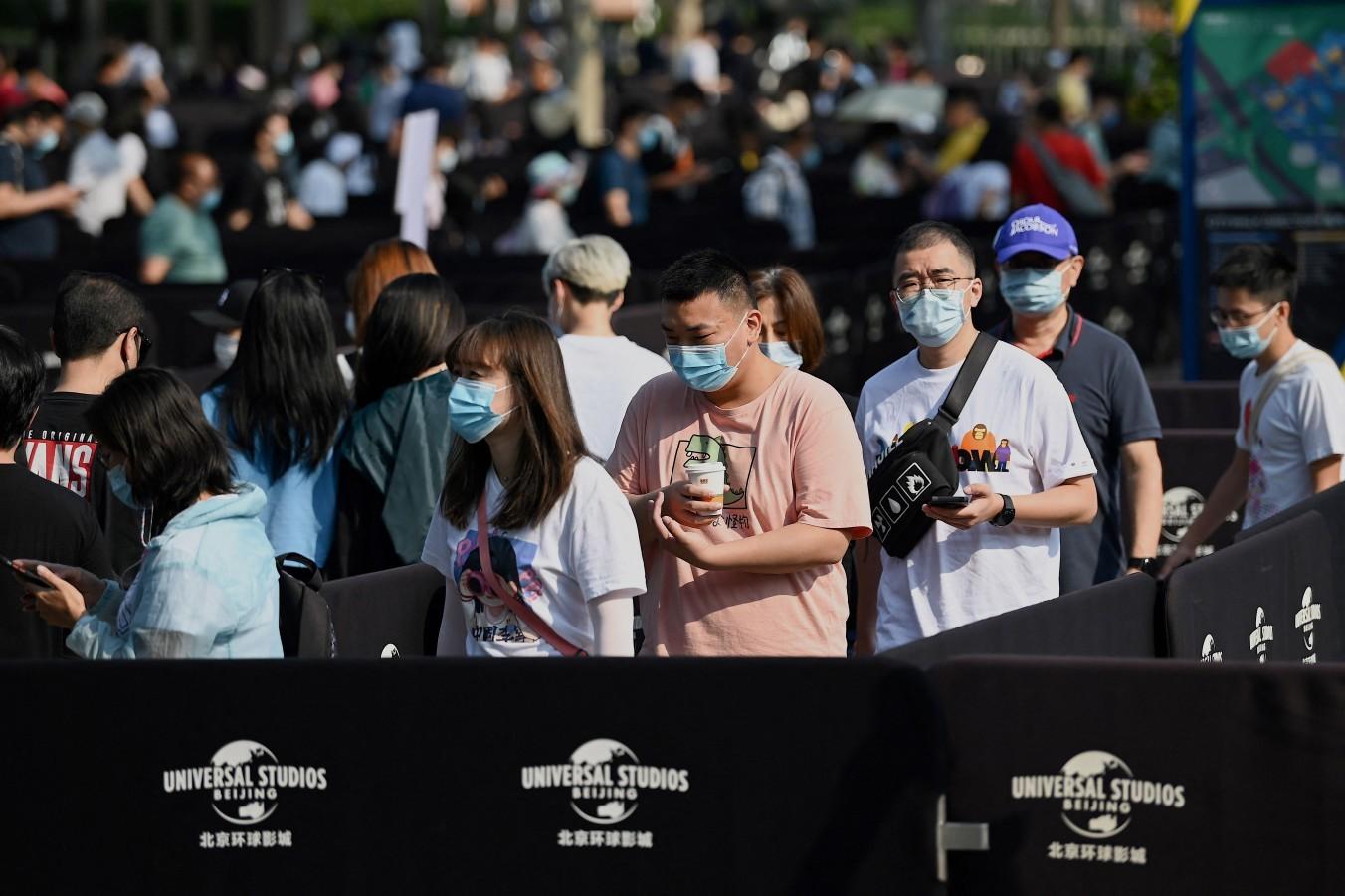 Chineses fazem fila para participar de evento-teste do parque da Universal em Pequim