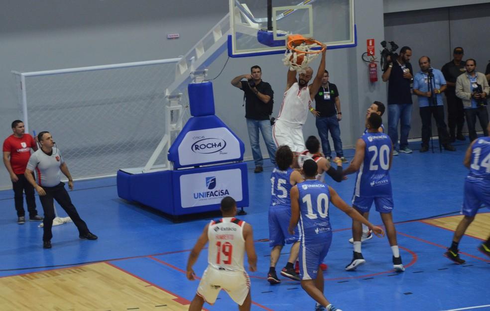 Unifacisa e Flamengo fizeram um grande jogo de basquete na inauguração da arena em Campina Grande (Foto: Silas Batista / GloboEsporte.com)