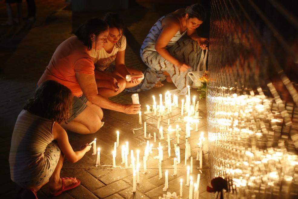 Vigília é realizada na porta do Colégio Goyases, escola particular em que a tragédia aconteceu (Foto: Dida Sampaio/Estadão Conteúdo)