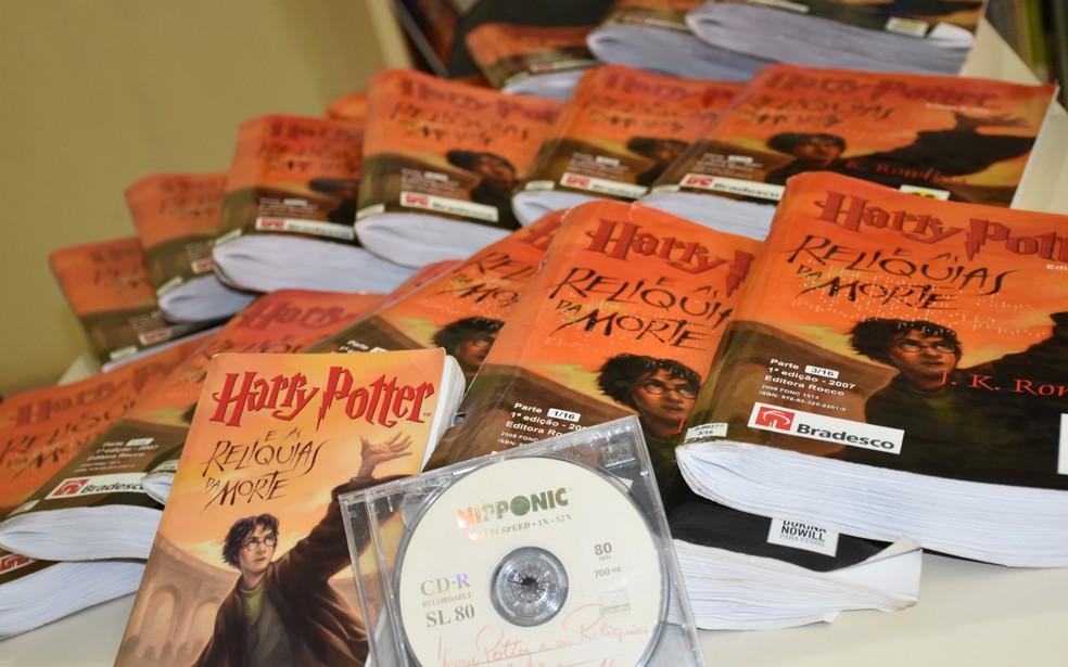 Em braile, exemplar de Harry Potter corresponde à 15 volumes.  — Foto: Stéphane Teles
