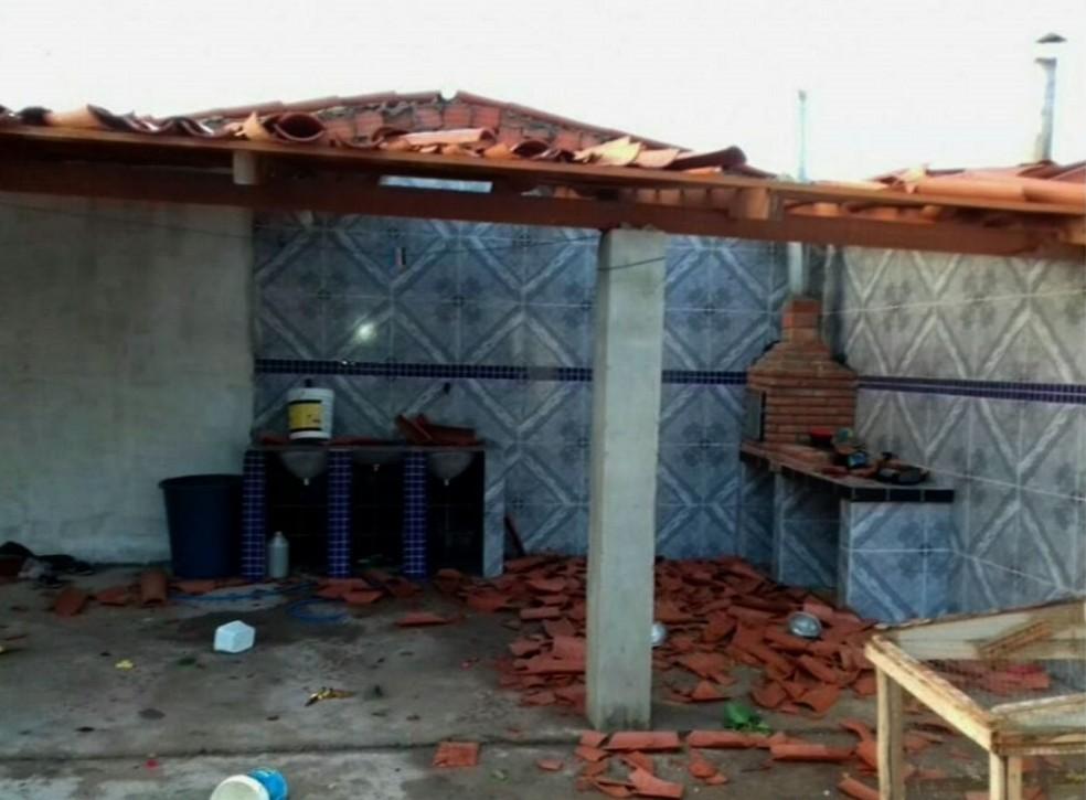 Ventos atingiram velocidades de até 85 km/h e destelhou casas (Foto: TV Verdes Mares/Reprodução)