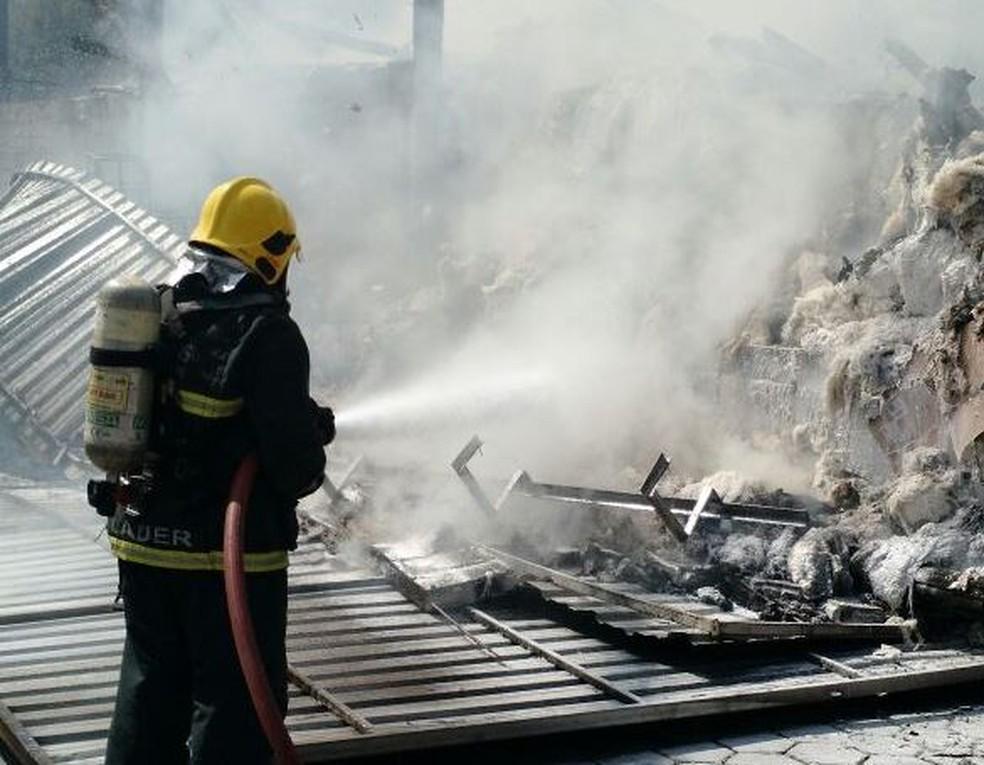 Bombeiros usaram cerca 40 mil litros de água (Foto: Corpo de Bombeiros/Divulgação)