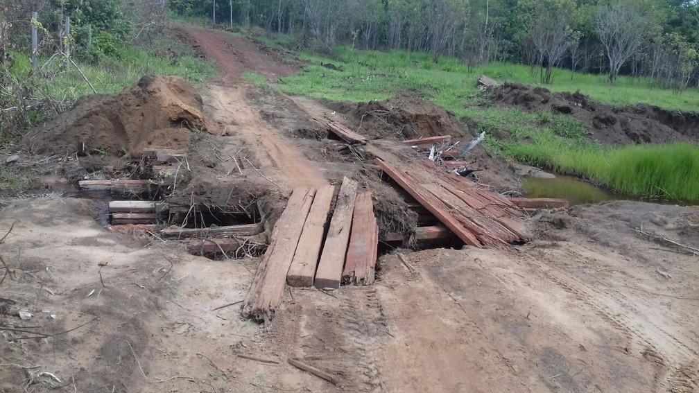 -  Ponte de madeira, criticada pelos moradores, é antiga, não recebe manutenção há anos  Foto: Reprodução/Redes Sociais