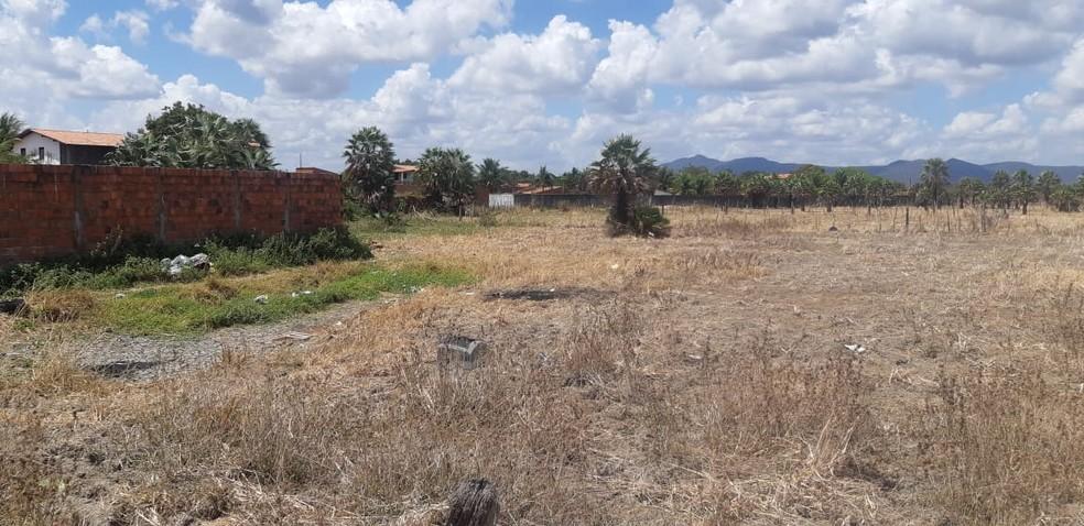 Adolescente foi encontrada morta em área de matagal na Grande Fortaleza. — Foto: Leábem Monteiro/ Sistema Verdes Mares