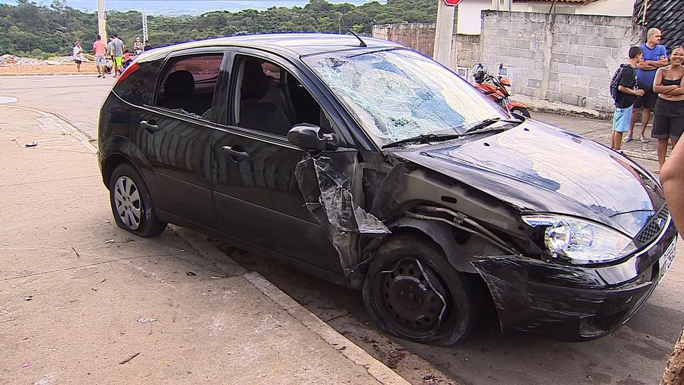 Carro que atropelou a criança, a mãe e uma tia na calçada (Foto: Reprodução/TV Vanguarda)