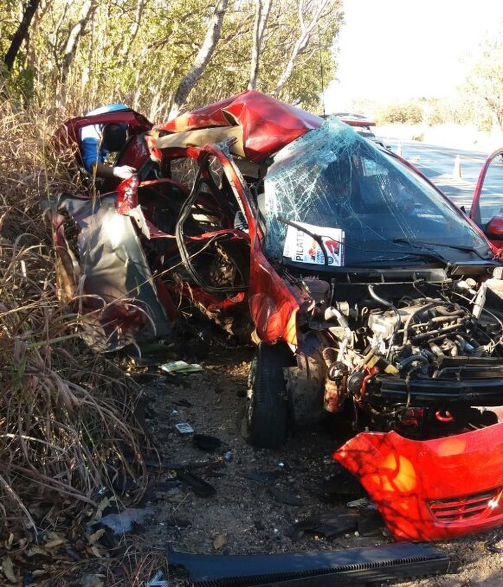 Carro invadiu a contramão e bateu de frente com outro veículo na BR-135 (Foto: Corpo de Bombeiros/ Divulgação)
