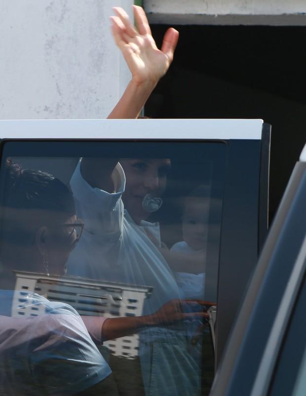 Com Chupeta na boca, Ivete segura uma das filhas  (Foto: Dilson Silva/AGNews)