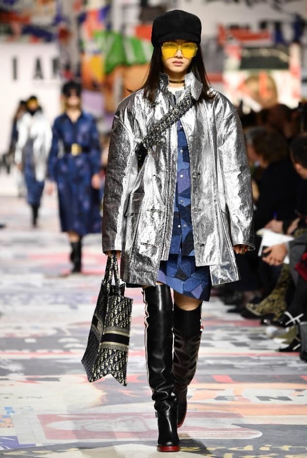 Parkas e capas metalizadas, um dos favoritos da editora de moda de Marie Claire (Foto: Getty)