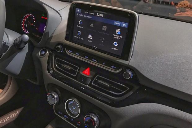Multimídia tem oito polegadas e o ar-condicionado é digital (Foto: Diogo de Oliveira/Autoesporte)