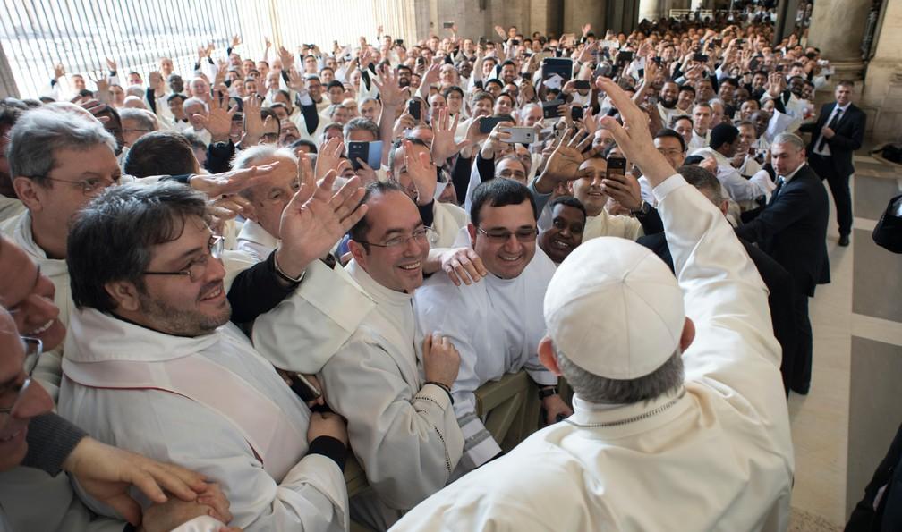 Papa Francisco acena para padres e religiosos de Roma antes de missa da Quinta-Feira Santa na Basílica de São Pedro (Foto: Vatican Media via AP)