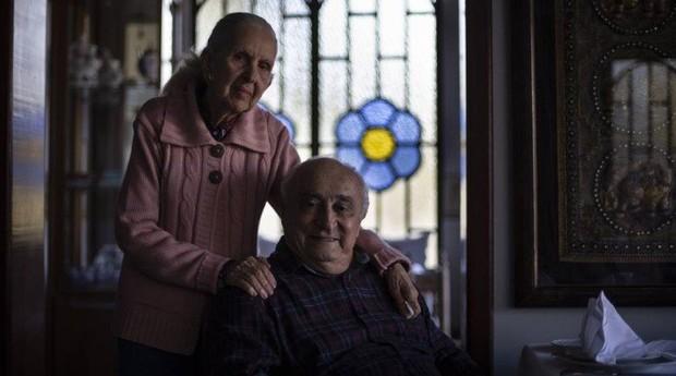 Experiência. Maria Emilia, 84, ao lado de Hisbello, 88, são os proprietários do restaurante que leva a herança de Dona Irene  (Foto: Reprodução/Agência O Globo)