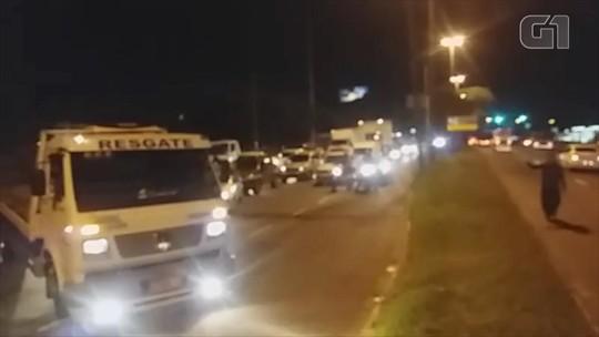 Bloqueio de caminhoneiros provoca congestionamento em avenida de Porto Alegre