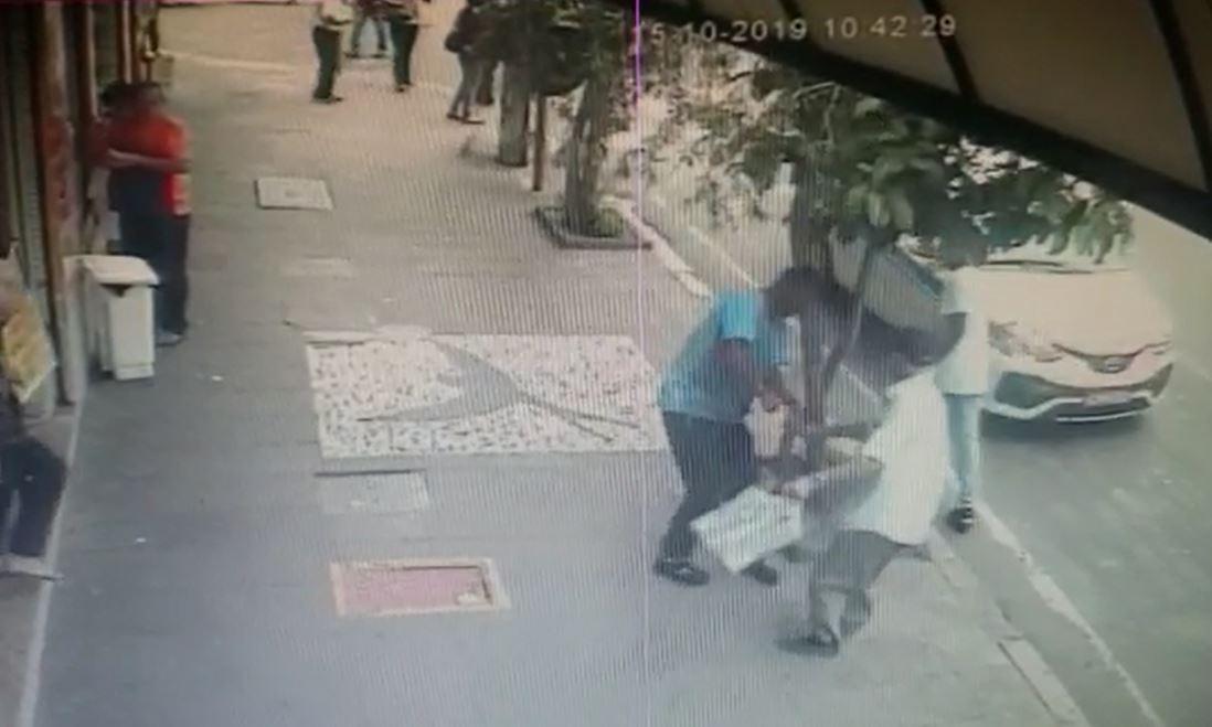 Vídeo mostra roubo em que idoso é empurrado e escapa por pouco de atropelamento em Campinas - Notícias - Plantão Diário