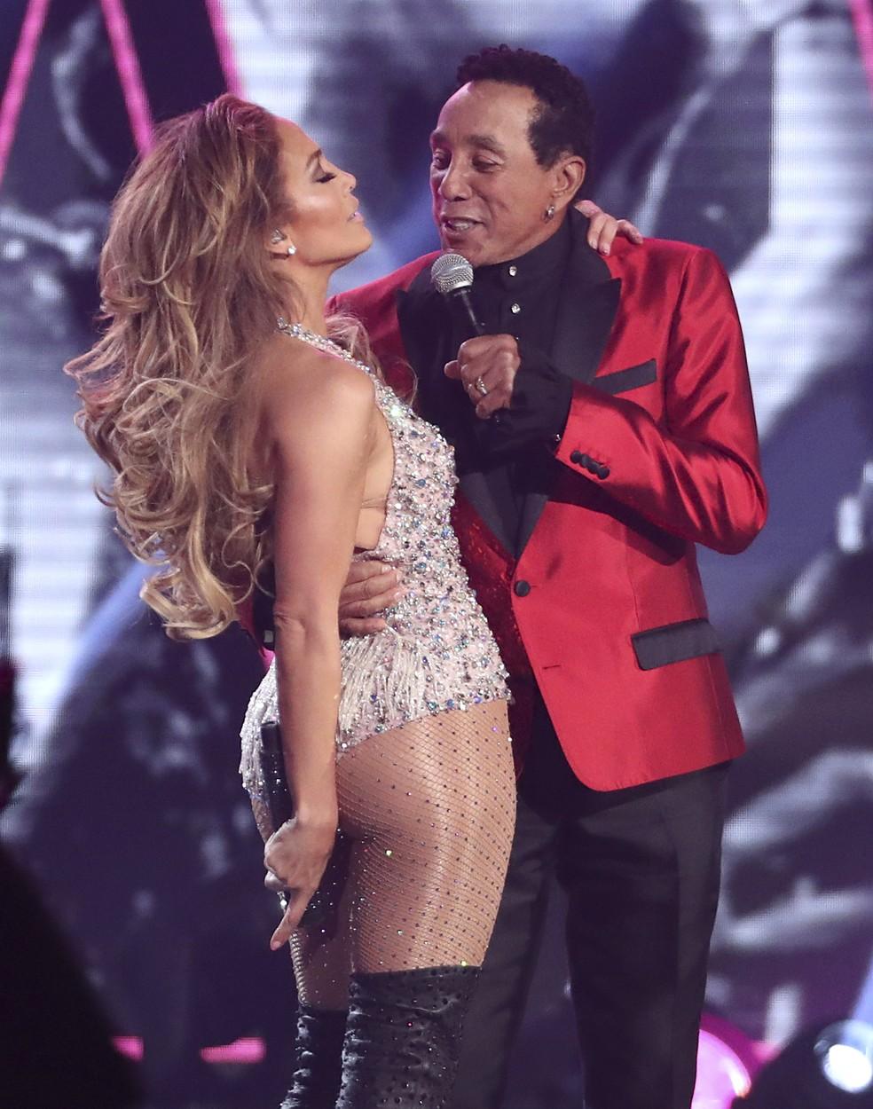 Jennifer Lopez e Smokey Robinson se apresentam durante o Grammy 2019, em Los Angeles — Foto: Matt Sayles/Invision/AP