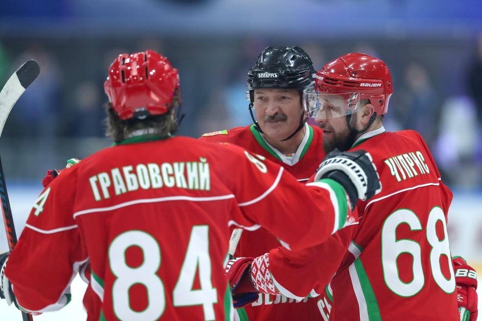 Alexander Lukashenko, presidente da Belarus, no centro, durante jogo de hóquei de gelo no dia 28 de março de 2020 — Foto: Andrey Pokumeiko/BelTA/Divulgação/Via Reuters
