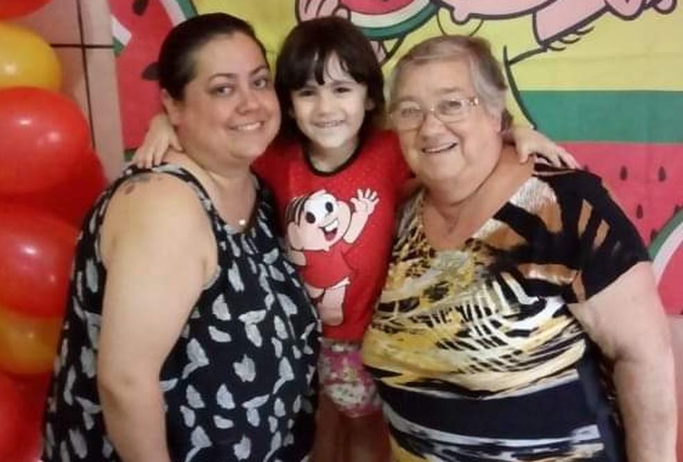 Camila, com a filha e a mãe, Maria de Lurdes. As duas mulheres se recuperaram da Covid-19 em Itapetininga (SP) — Foto: Arquivo pessoal