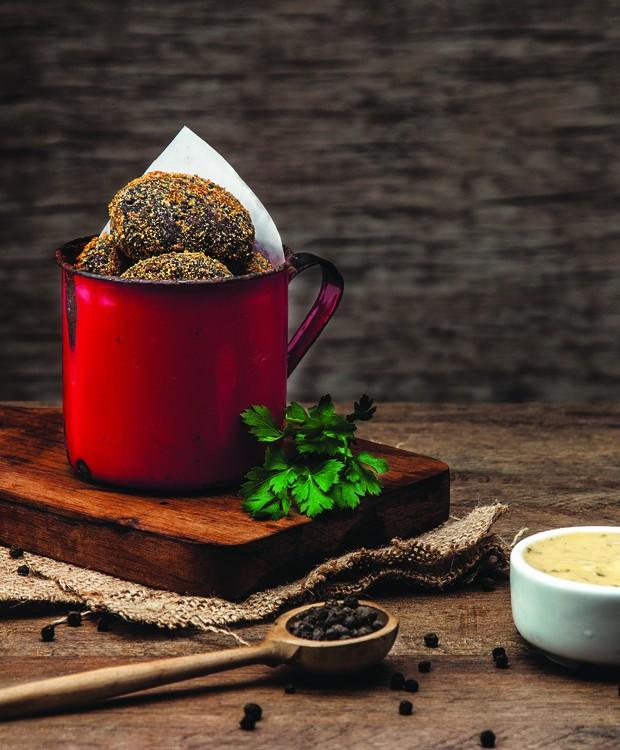 Receita de bolinho de feijoada vegano e sem glúten, do Hareburger (Foto: Divulgação )