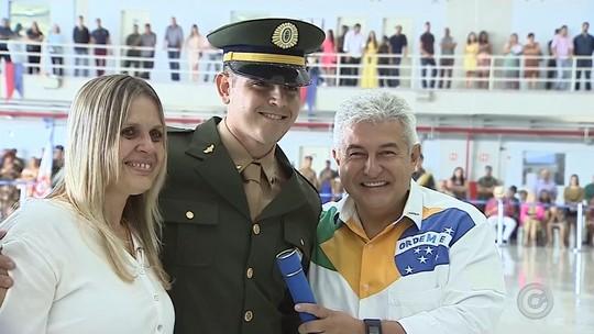 Astronauta cumpre promessa feita há 10 anos e vai à formatura de fã