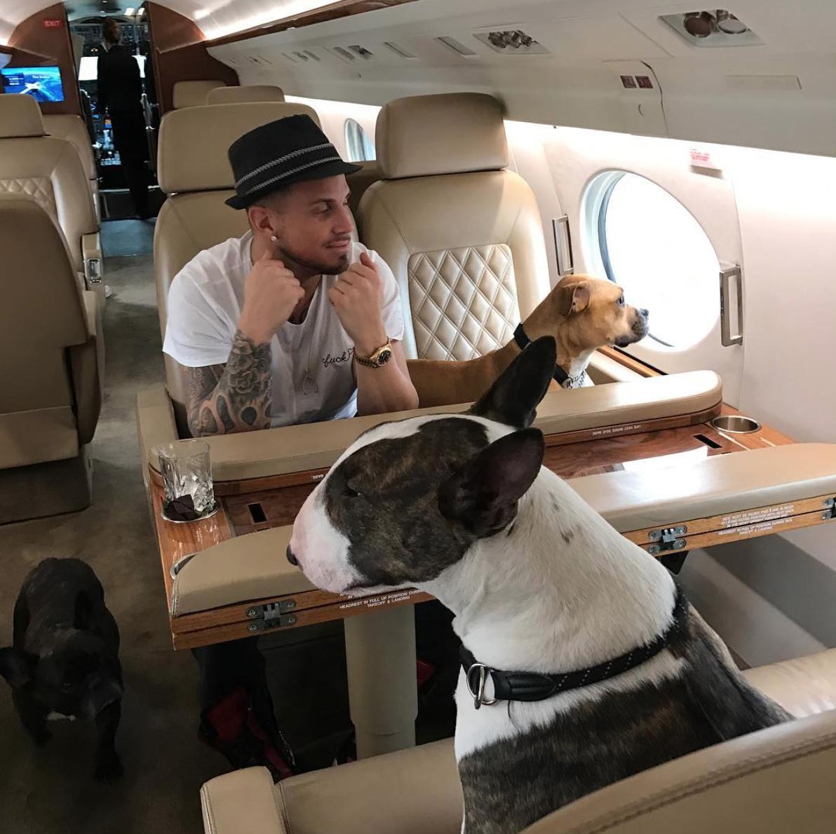 Charles de Francesco e os cachorros de Marc Jacobs (Foto: Instagram Marc Jacobs/ Reprodução)