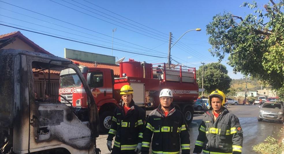 Equipe do Corpo de Bombeiros conseguiu controlar chamas sem que fogo atingisse outros veículos (Foto: Corpo de Bombeiros/Divulgação)