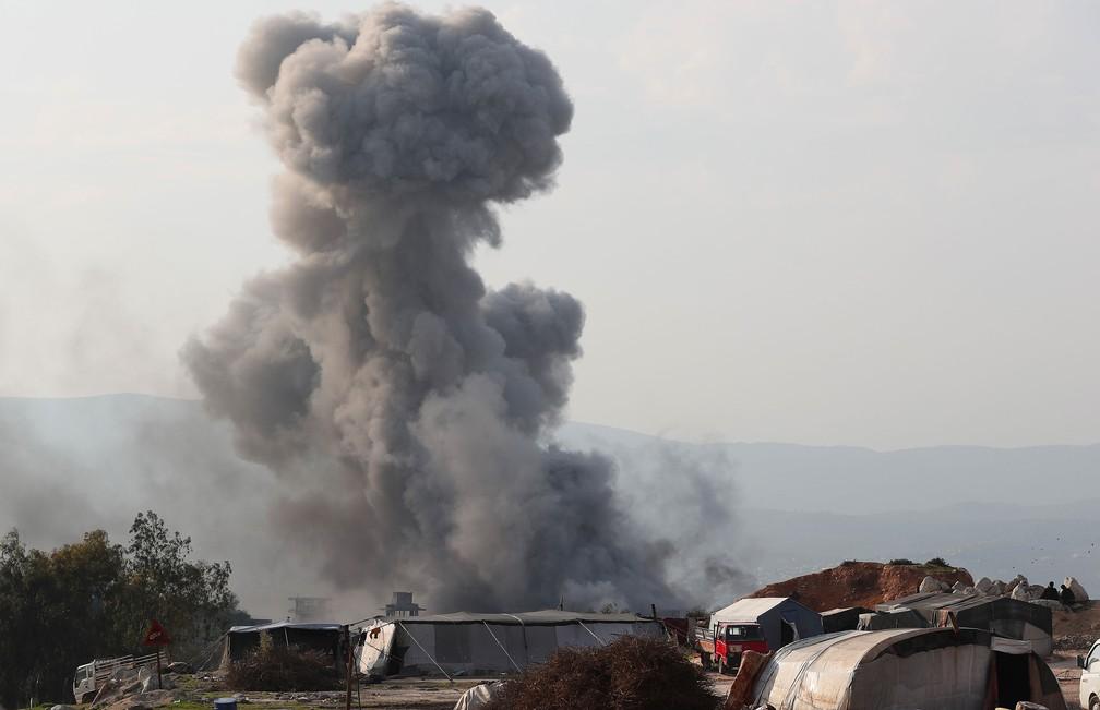 Fumaça é vista depois de ataques aéreos contra uma prisão na periferia oeste da cidade síria de Idlib, na quarta-feira (13) — Foto: Omar Haj Kadour / AFP