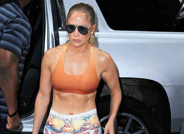 Jennifer Lopez: ótima forma aos 49 anos (Foto: Backgrid)