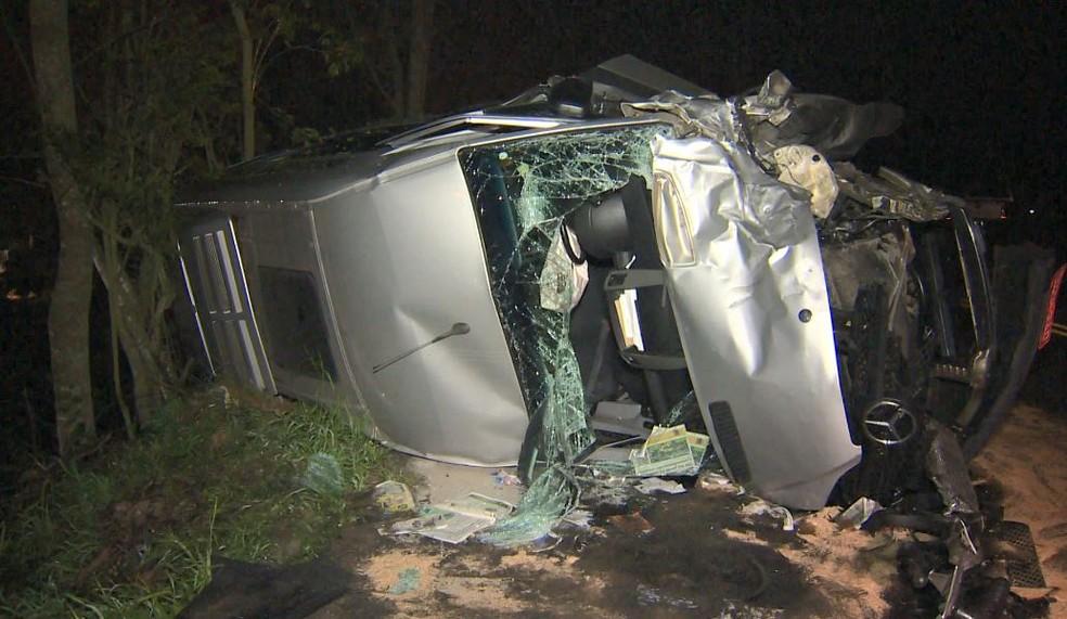 Van tomba após acidente na BR-262 (Foto: Manoel Neto/ TV Gazeta)