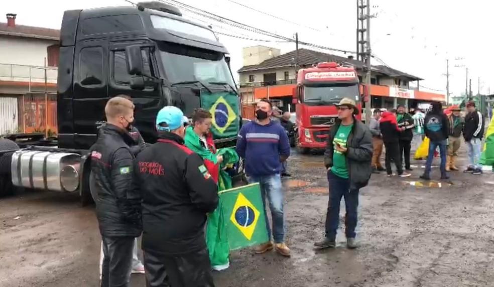 Manifestantes em Caxias do Sul, na Serra Gaúcha. — Foto: Luiza La Rocca/RBS TV