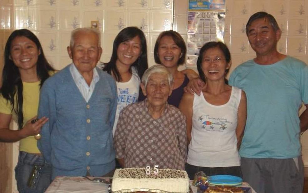 Foto da família do professor Mitio Kawaguti reunida. Da esquerda para a direita:  Cristiane, Sandra, Adriana (fundo); Kazuo, Titose, Sonia, Mitio (frente) — Foto: Adriana Miyuki Kawaguti Saviani/ Arquivo Pessoal